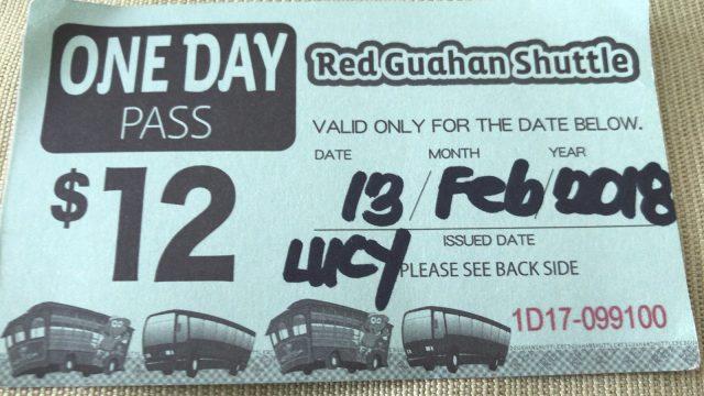 グアムの赤いシャトルバス